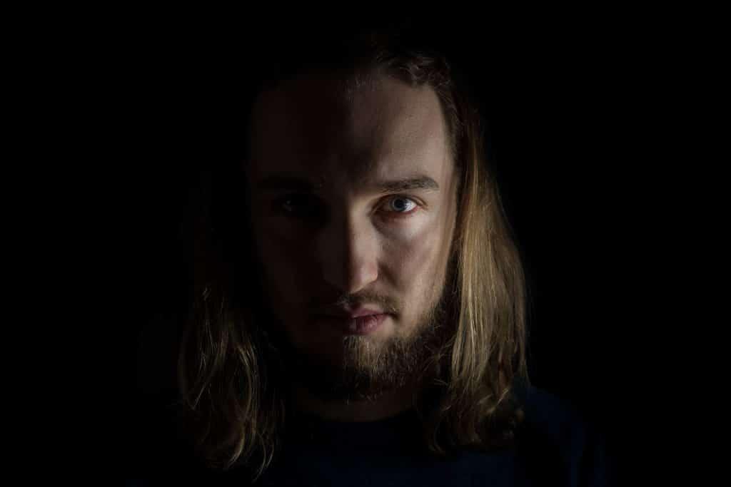 autoportret w domu czarne tło Kowcio bokehphotosPL-14