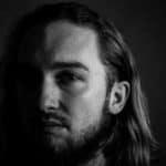 Profil autoportret w domu z czarnym tłem Kowcio low key photography