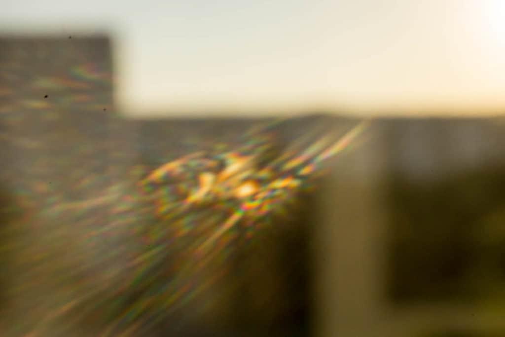 Flara obiektywu otworkowego uzyskana domowym aparatem otworkowym z lustrzanki