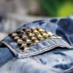 wyzwanie fotograficzne fotografia produktowa dżinsowa katana i ćwieki