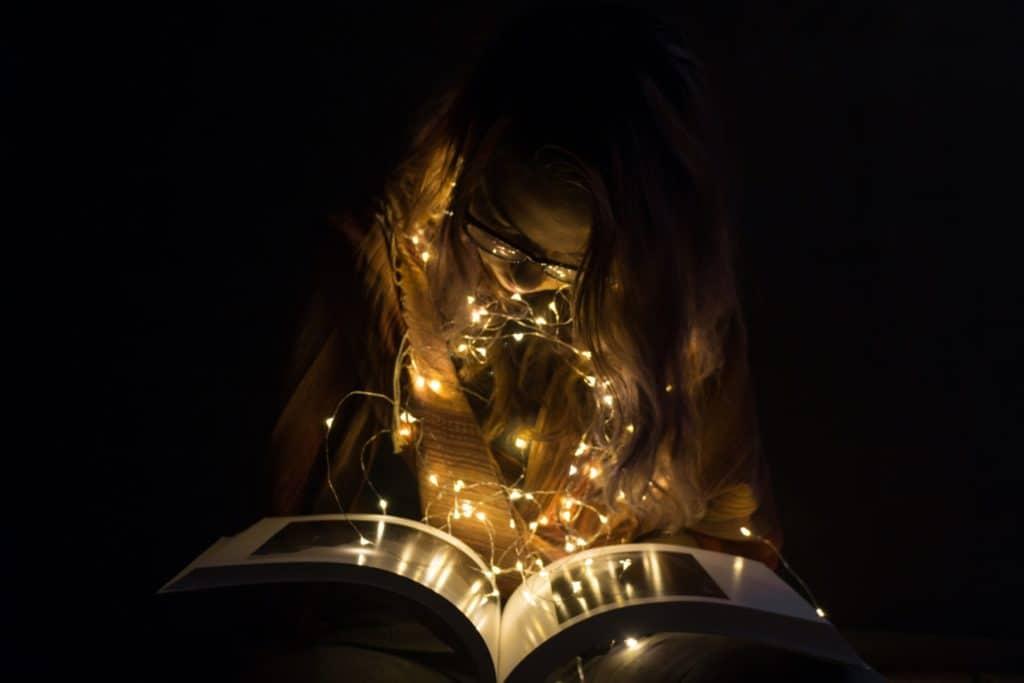 Anna nad książką Światełka - album Ansela Adamsa