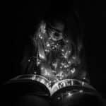 Anna nad książką - jak zrobić czarne zdjęcie.