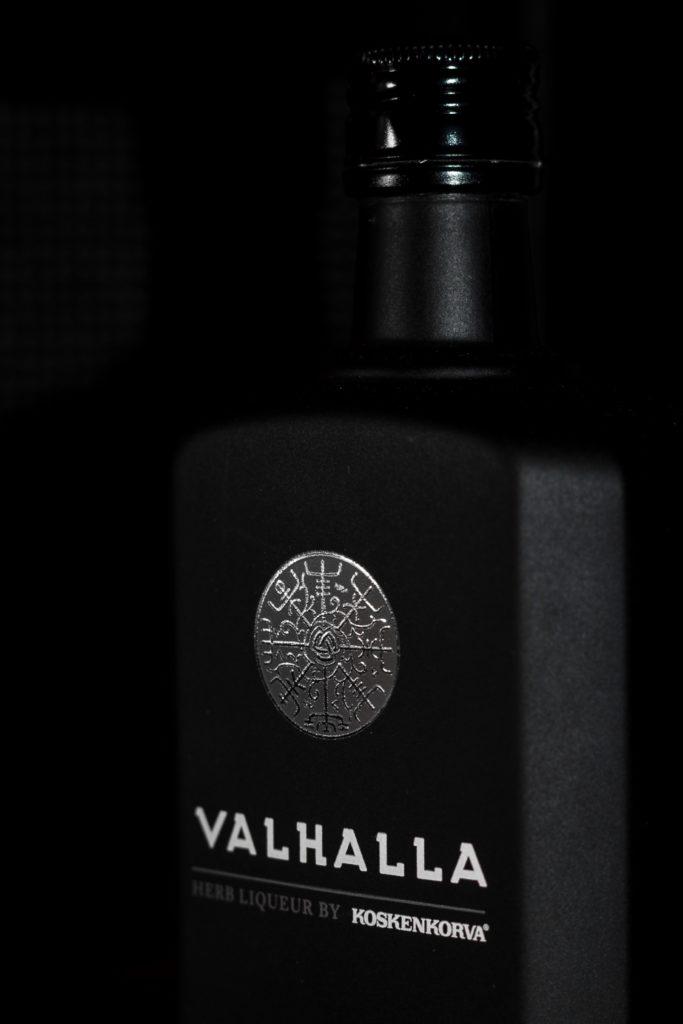 Foto wyzwanie fotografia produktowa dzień drugi nalewka valhalla ziołowa 5 683x1024 - Fotografia produktowa na czarnym tle