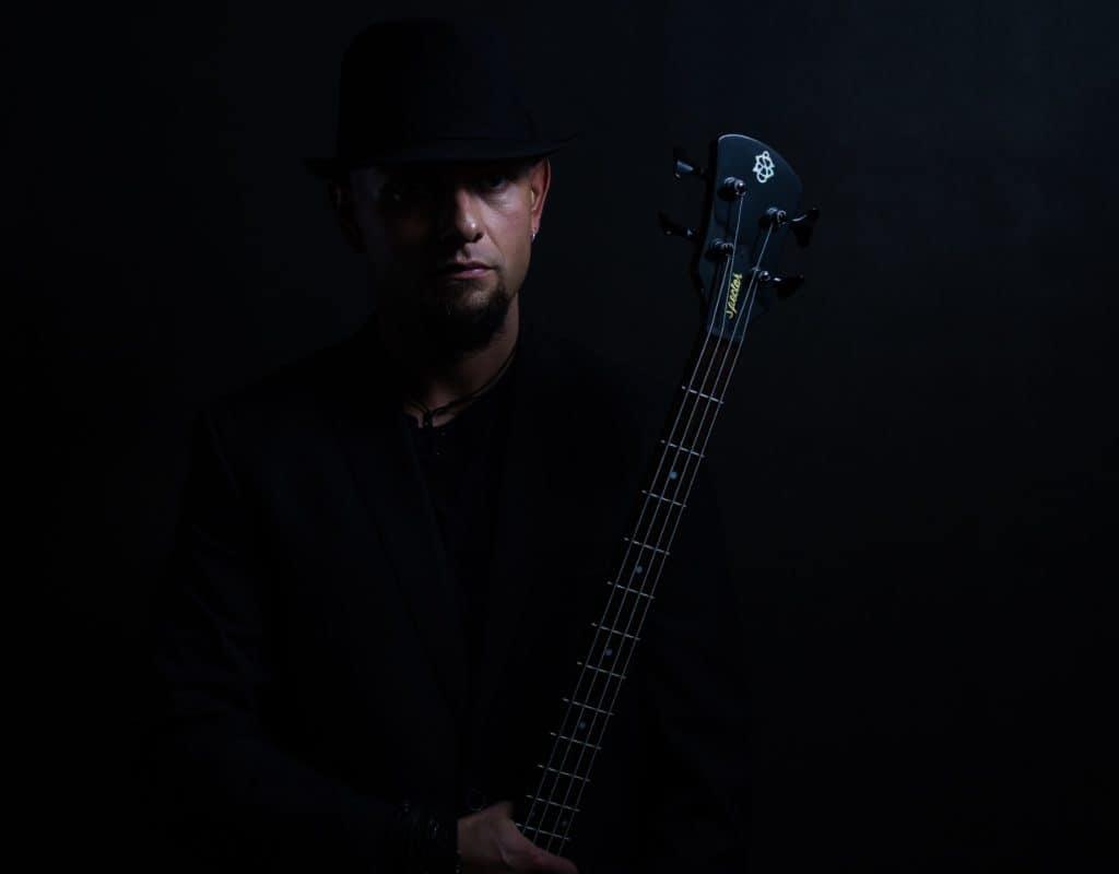 Mariusz sesja gwiazda rocka czarno biały portret. Chiaroscuro.