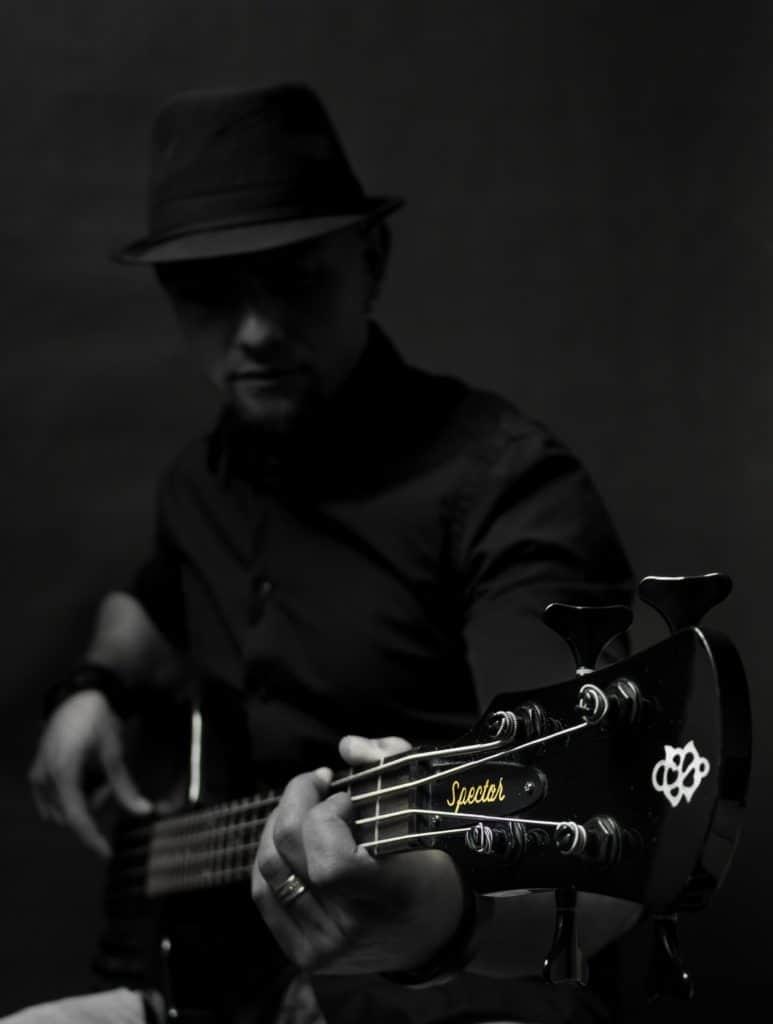 Mariusz sesja gwiazda rocka- jak zrobić czarne zdjęcie na czarnym tle.