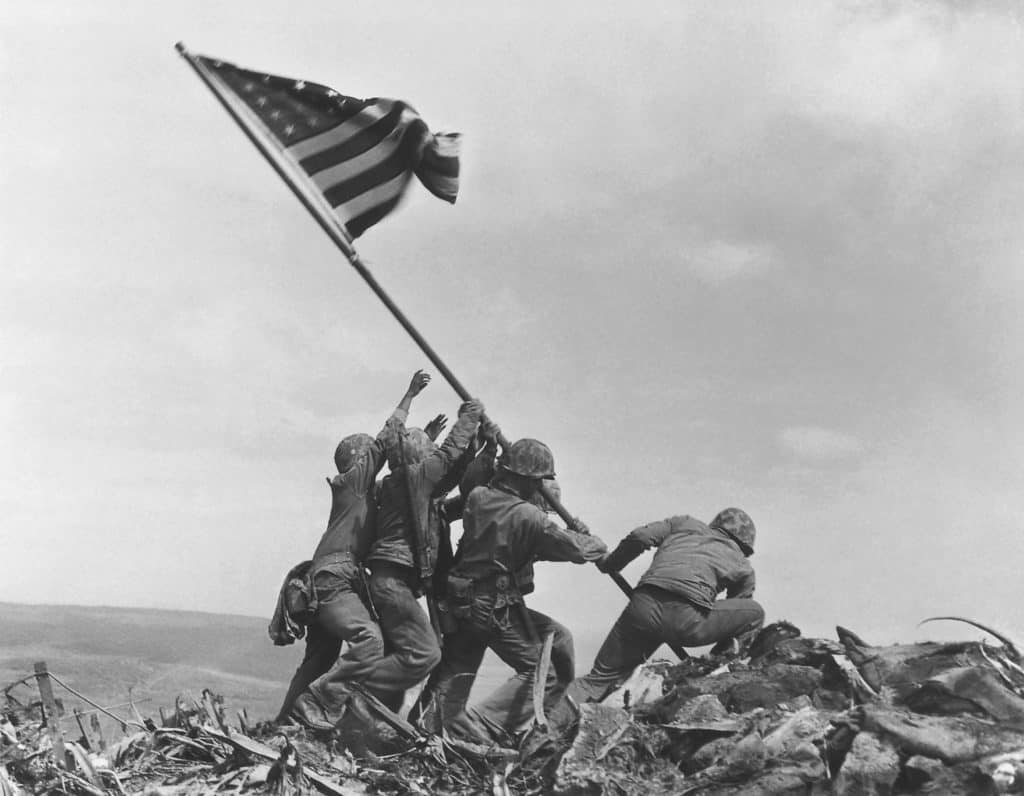 Raising the Flag on Iwo Jima by Joe Rosenthal retouched 2 1024x796 - Linie w fotografii - kompozycja