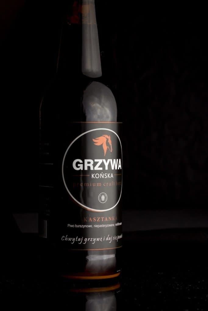 Fotografia produktowa butelka piwa Końska Grzywa na grilla. 11 683x1024 - Fotografia produktowa butelki piwa