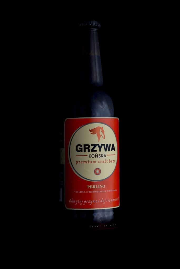 Fotografia produktowa butelka piwa Końska Grzywa na grilla. 3 683x1024 - Fotografia produktowa butelki piwa