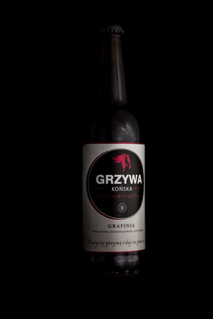 Fotografia produktowa butelka piwa Końska Grzywa na grilla. 4 683x1024 - Fotografia produktowa butelki piwa