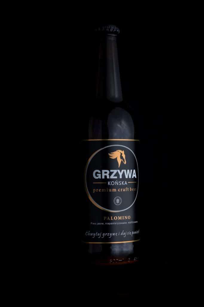 Fotografia produktowa butelka piwa Końska Grzywa na grilla. 6 683x1024 - Fotografia produktowa butelki piwa