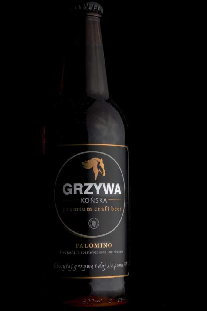 Fotografia produktowa butelka piwa Końska Grzywa na grilla. 9 683x1024 - Fotografia produktowa na czarnym tle
