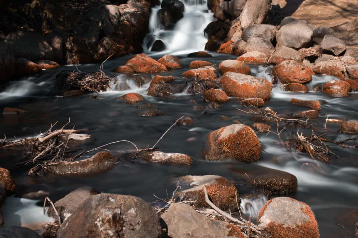 Długi czas naświetlania zdjęcia - szybko płynąca woda - 25 sekund koloryzacja Marsjańska