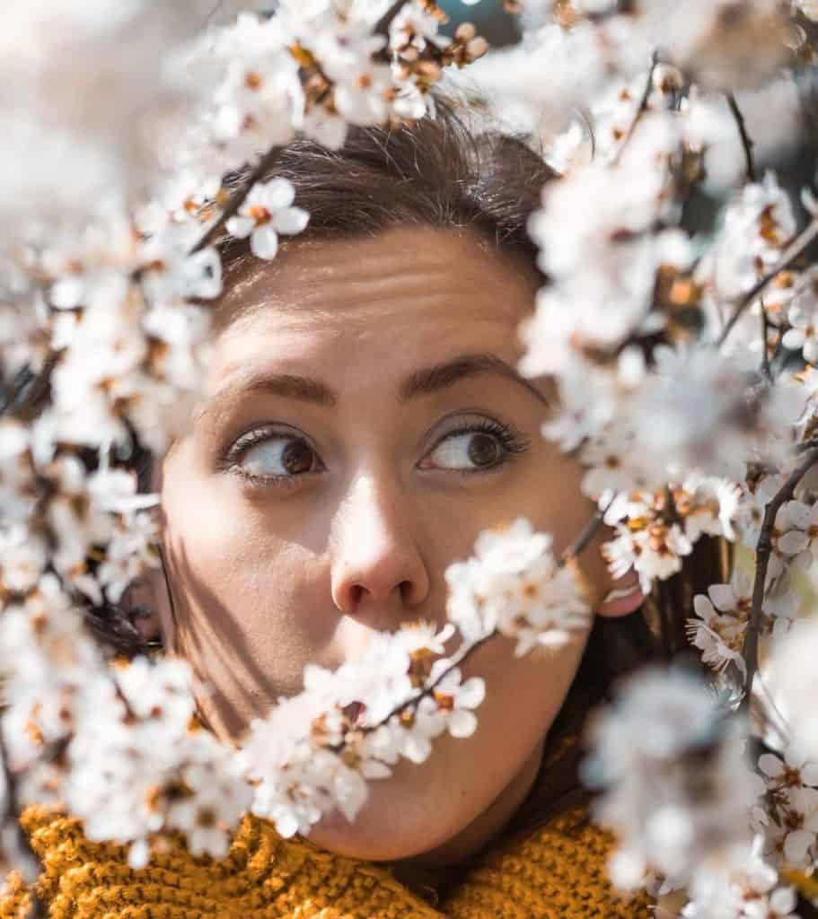Kolorowanie zdjęć presety pomarańcz i biel 911x1024 - Wiosenny portret z kwiatami
