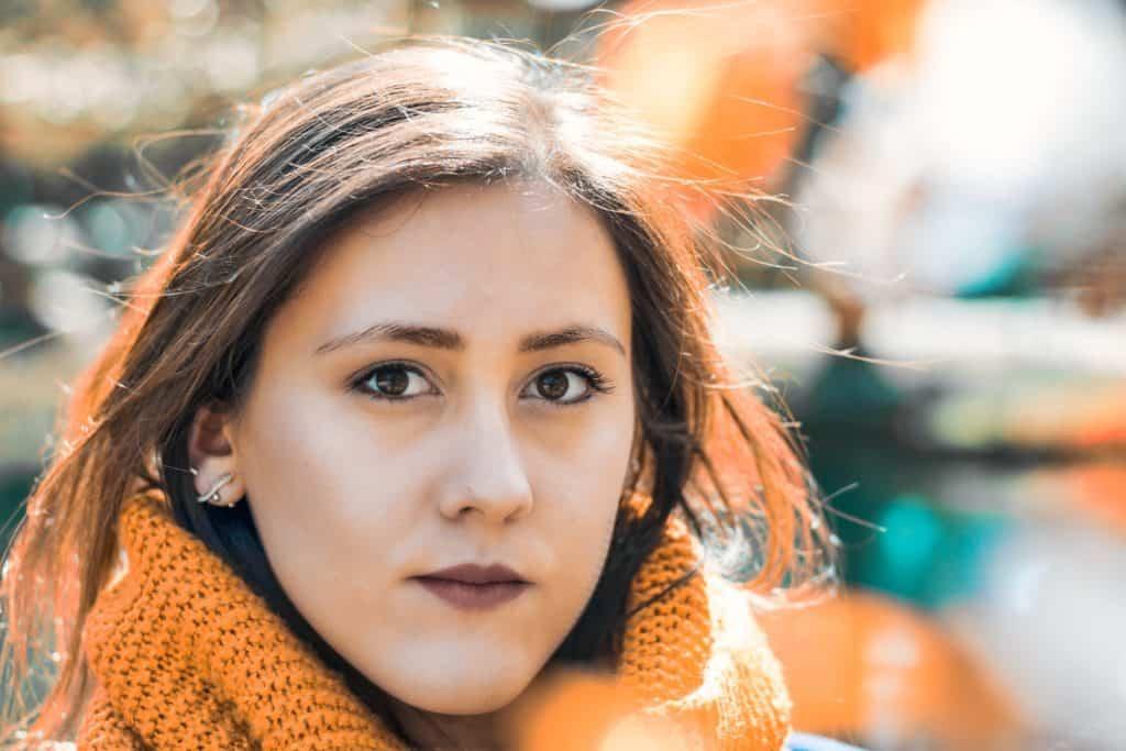 Kolorowanie zdjęć turkus i pomarańcz 1024x683 - Wiosenny portret z kwiatami