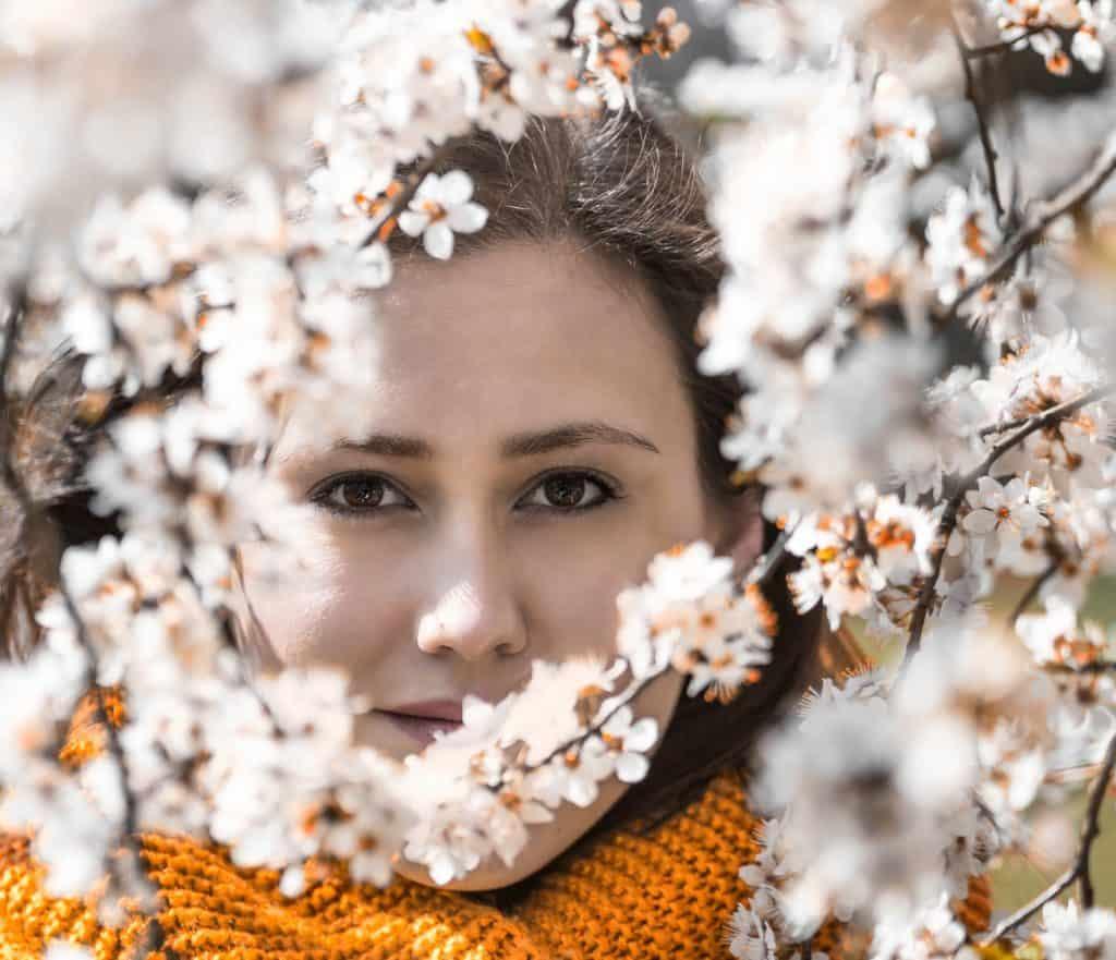 Portret z kolorowym elementem pomarańcz 1024x881 - Wiosenny portret z kwiatami