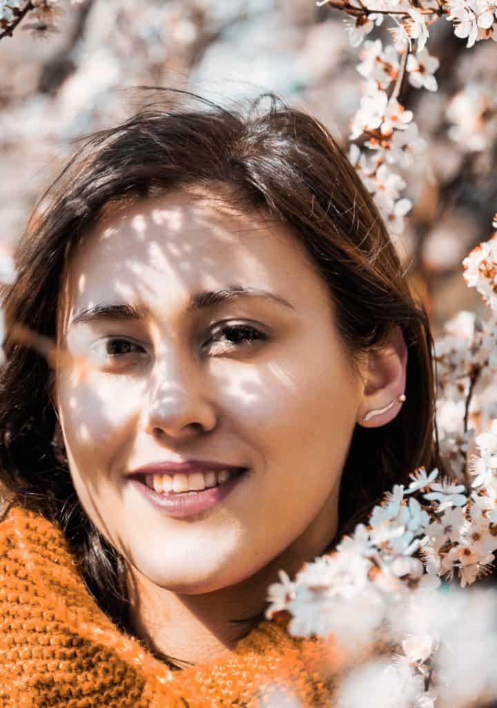kolorowanie zdjęć przykład 2 720x1024 - Wiosenny portret z kwiatami