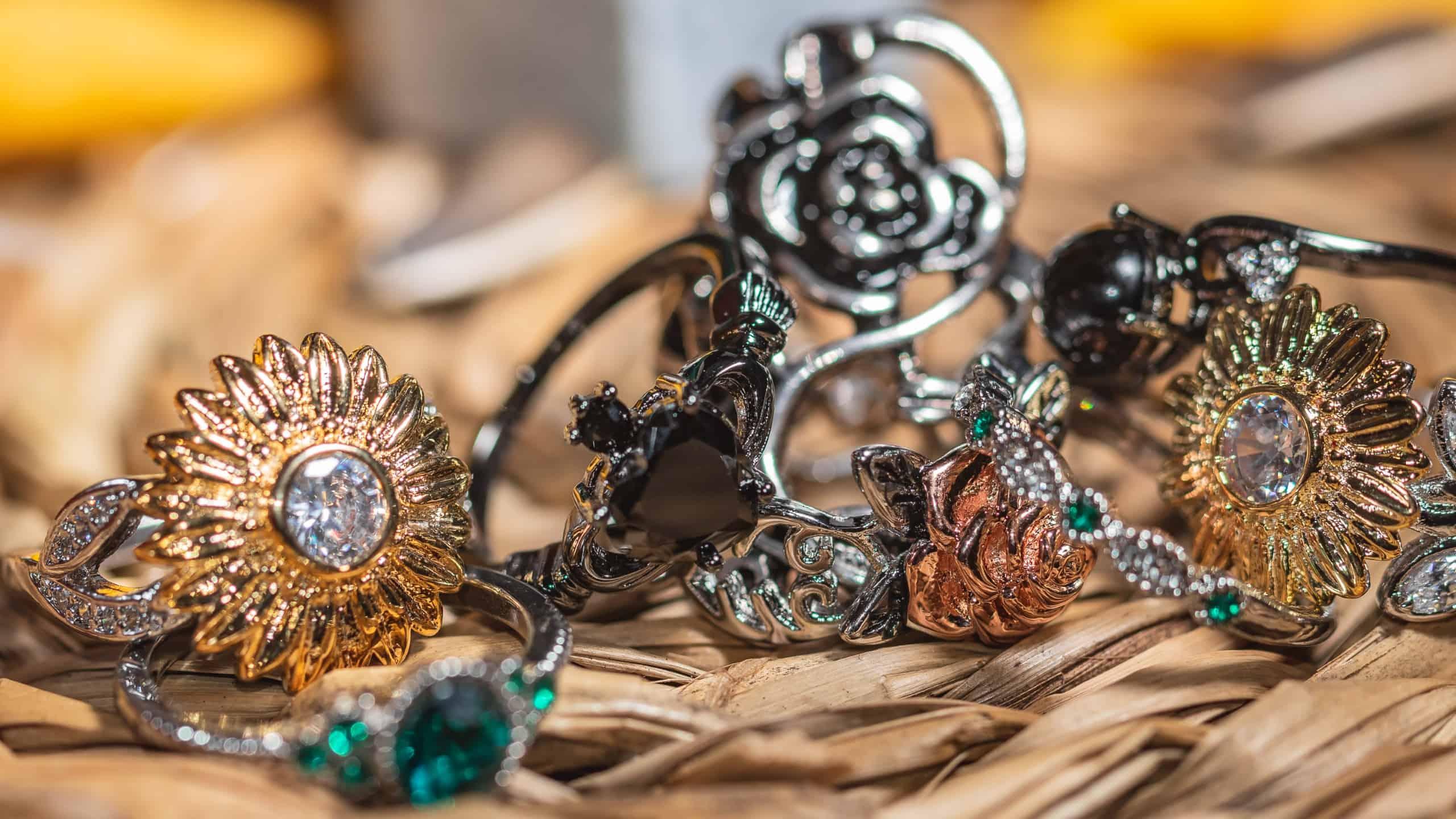Fotografia produktowa w domu zbiór biżuterii i czarne pierścionki - refleksy-4