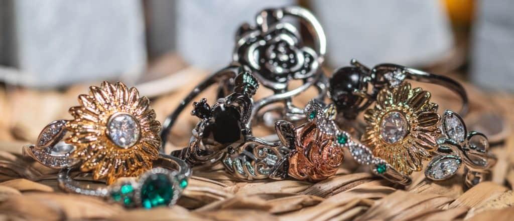 Krawytwna Fotografia produktowa w domu zbiór biżuterii i czarne pierścionki - refleksy-8