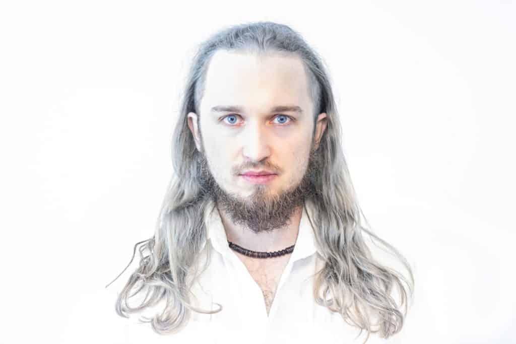 Biały portret wiedźmin Kowcio 1024x683 - Żarówka fotograficzna o barwie 5500K