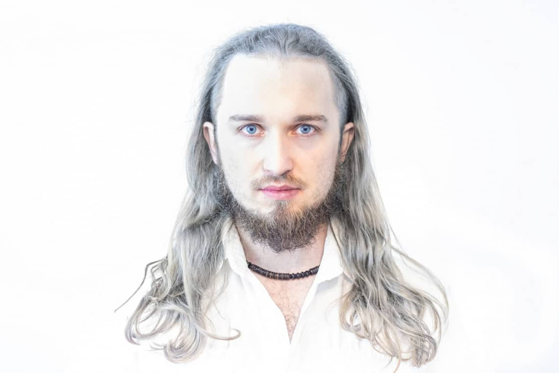 Biały portret na białym tle wiedźmin