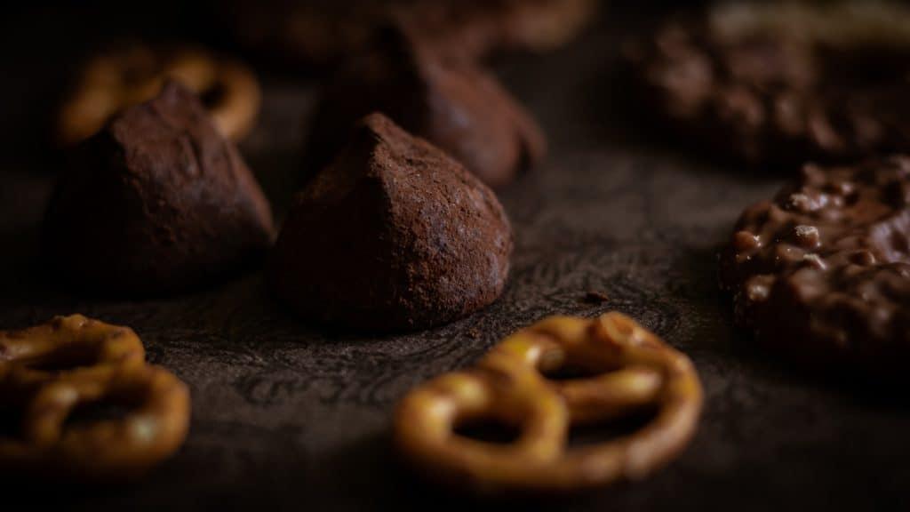 Czarna fotografia jedzenia czekolada precelki i ciastka 5 1024x576 - Czarna fotografia jedzenia