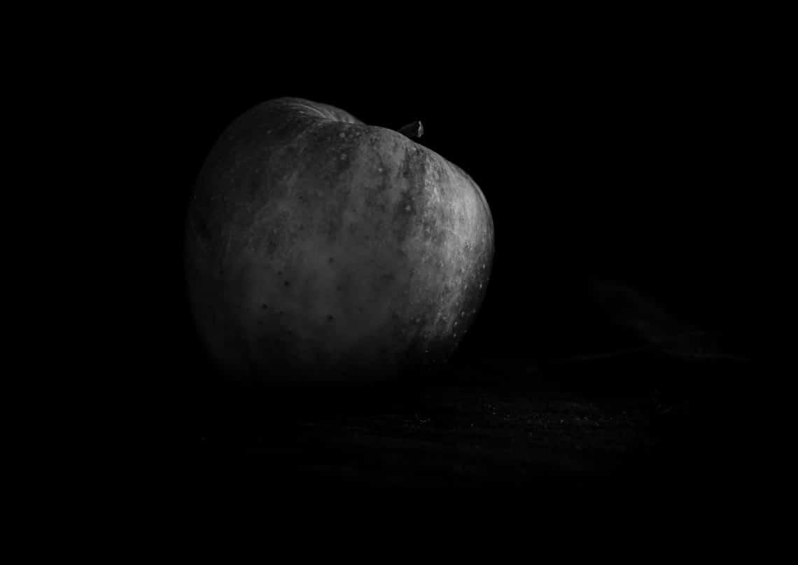 Zdjęcia jabłek w artystycznym czarno białym stylu
