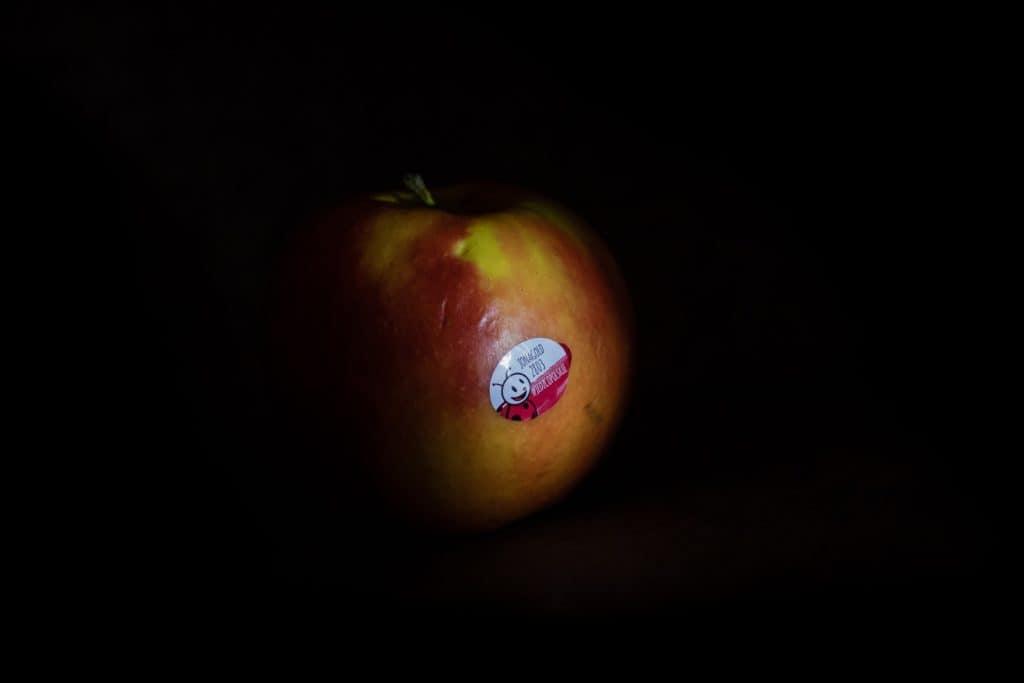 zdjęcia owoców Polskie Złoto jabłko z biedronki 1024x683 - Zdjęcia jabłek - polskie owoce