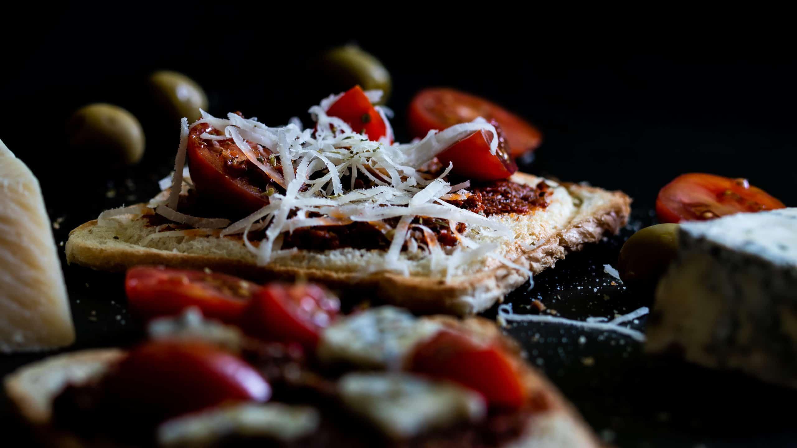 Czarna fotografia produktowa w domowych warunkach - zdjęcia tostów z czerwonym pesto calabrese od gennaro contaldo