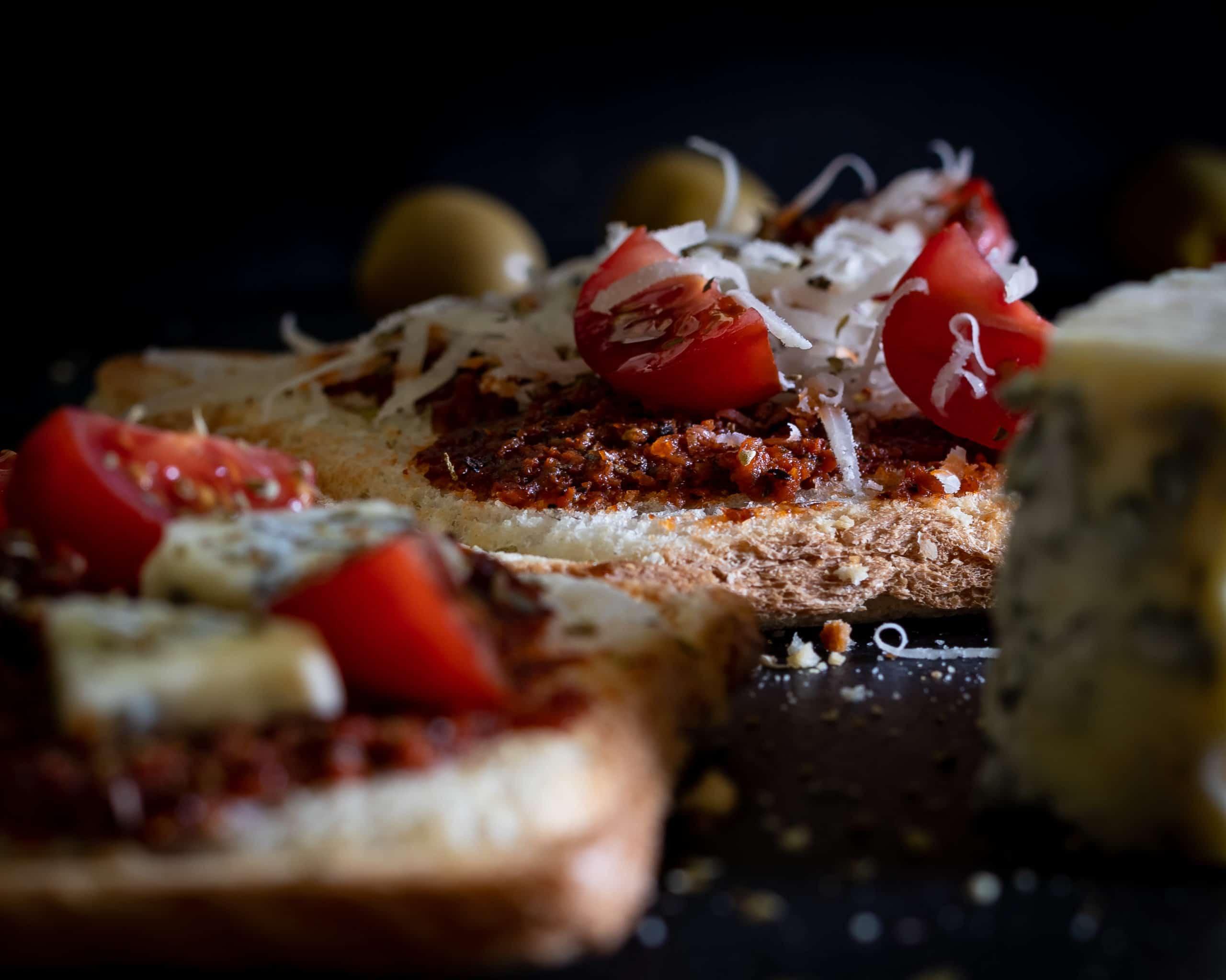 czarna fotografia produktowa w domowych warunkach zdjęcia tostów z czerwonym pesto 5 scaled - Czarna fotografia produktowa