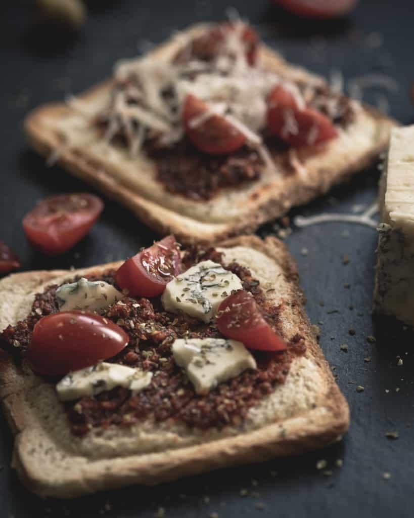 czarna fotografia produktowa w domowych warunkach zdjęcia tostów z czerwonym pesto 7 819x1024 - Czarna fotografia produktowa