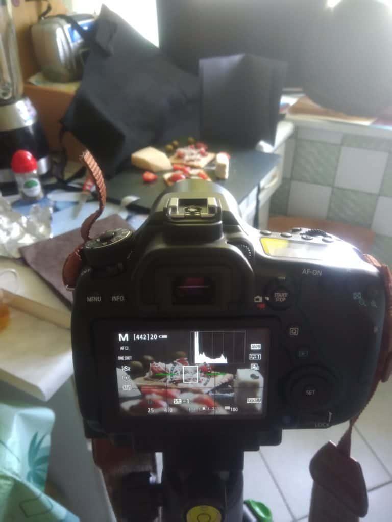 mroczna fotografia produktowa wdomowych warunkach 768x1024 - Makrofotografia poradnik i 7 pomysłów