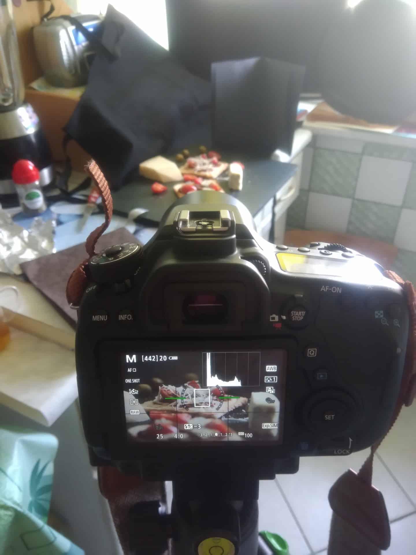mroczna fotografia produktowa wdomowych warunkach - Czarna fotografia produktowa