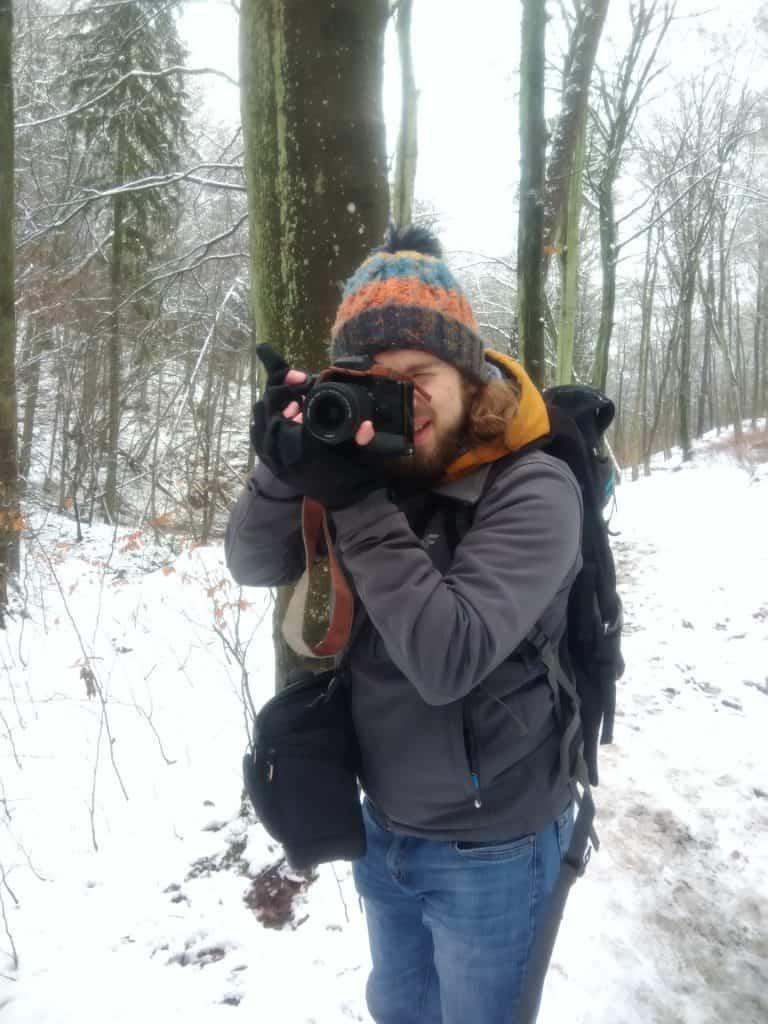 Fotograf w zime 768x1024 - Rękawiczki fotograficzne pgytech - 5 ważnych zalet