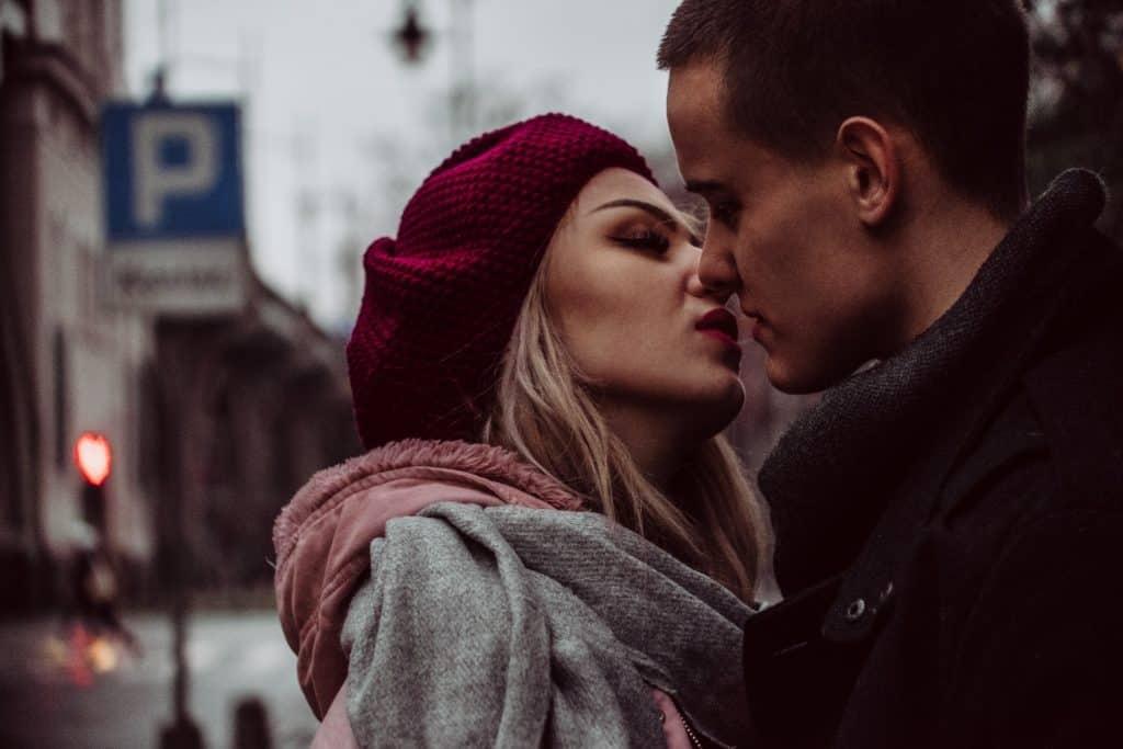 zakochana para pdczas walentynkowej sesji 1024x683 - Fotograficzne walentynki 15 pomysłów na romantyczne zdjęcia !