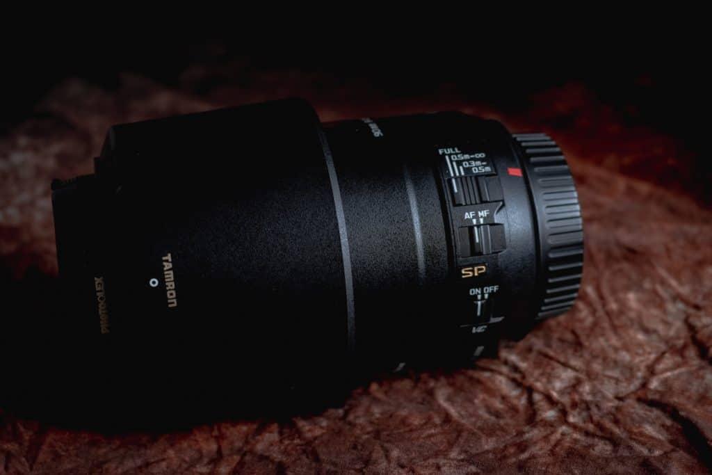 Obiektyw Tamron 90mm oznaczenia i przelaczniki 1024x683 - Makrofotografia poradnik i 7 pomysłów