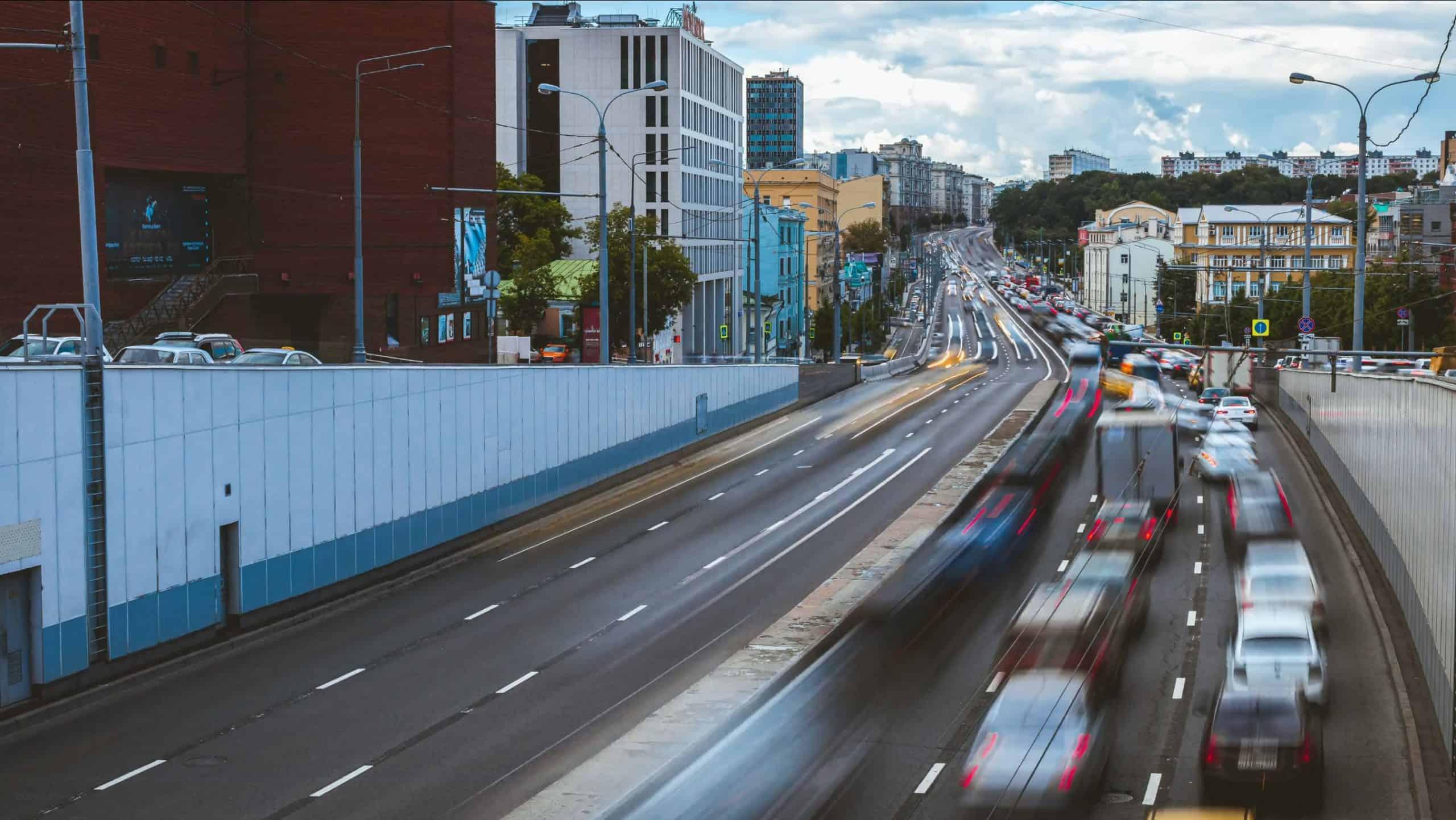 zdjecie w ruchu samochody w miescie pexels scaled - Jak zrobić ruchome zdjęcie - kinografika na 3 sposoby